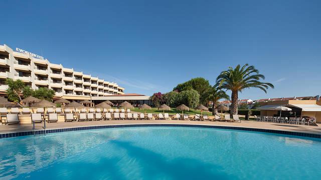 Zwembad en aanzicht Évora Hotel