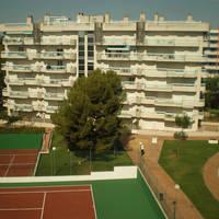 Gebouw en tennisbaan
