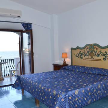 Voorbeeldkamer met zeezicht Hotel Arathena Rocks