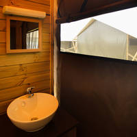 Lavabo salle d'eau lodge Domaine du Pré