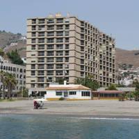 gebouw en strand