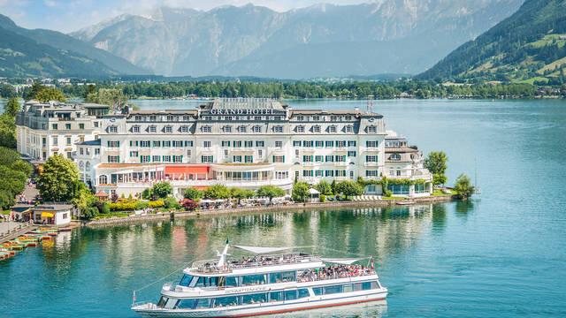Voorzijde hotel Grand Hotel
