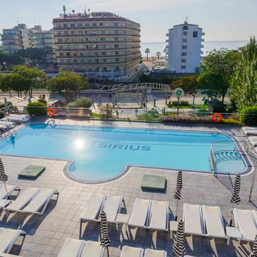 Zwembad overview Hotel Checkin Sirius