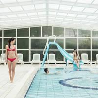 ragazzi in piscina visione scivolo