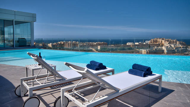 Buitenzwembad op het dak be.HOTEL