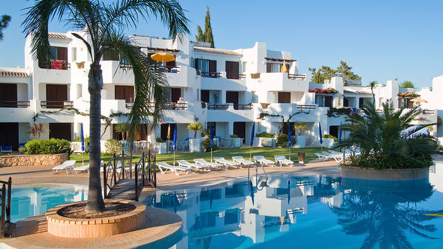 Gebouw en zwembad Balaia Golf Village Resort