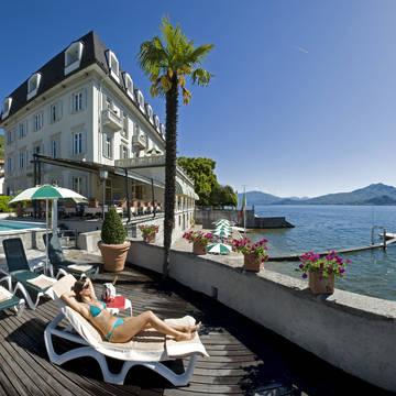 Zwembad en ligstoelen Hotel Ghiffa