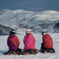 Drie kinderen op een sleetje - Foto: Emil Sollie