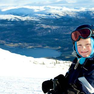 Kindje met fjord op de achtergrond