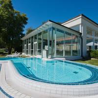 Buitenzwembad met wellness