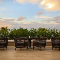 Phuket Marriott Resort & Spa - Big Fish Bar en Restaurant bij zonsondergang