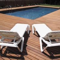 Ligstoelen bij zwembad