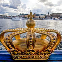 Gouden kroon op de Skeppsholm brug in Stockholm