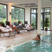 Overdekt zwembad met gasten
