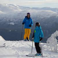 Drie skiërs en overzicht