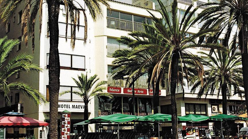 Buitenzijde en boulevard Hotel Maeva