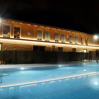 Buitenzwembad avond aanzicht