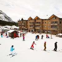 Exterieur met skiërs