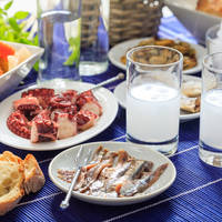 Griekse Ouzo en traditionele lekkernijen