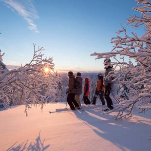 Trysil - skiërs en ondergaande zon