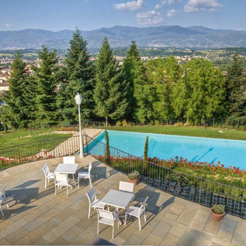 Zwembad met terras Hotel Fattoria Casagrande