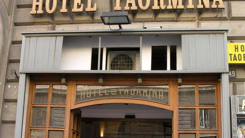 Voorzijde Hotel Taormina