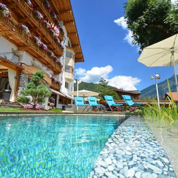 Aanzicht met zwembad Alpenhotel Tyrol