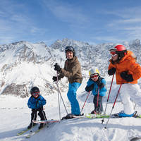 Familie op wintersport