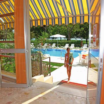 Uitgang naar zwembad Hotel Suisse