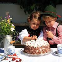 Trachtenkinder mit Kirschtorte