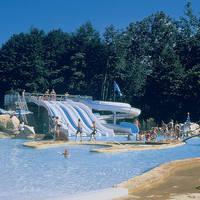 Zwembad met glijbanen