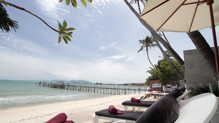 strand met ligbedden Punnpreeda Beach Resort