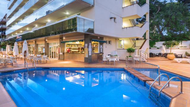 Zwembad bij de appartementen Appartementen Marinada