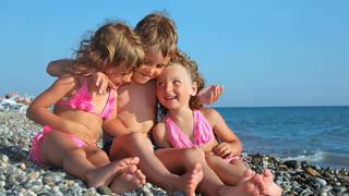 Drie kinderen op strand