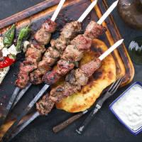 Traditionele Griekse maaltijd - Souvlaki met Tzatziki