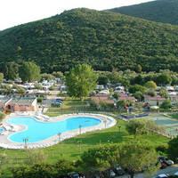 Zwembad bij hotelcomplex