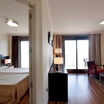 Voorbeeld slaap en woonkamer Pierre & Vacances Benalmadena Principe