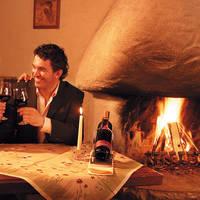 Glasje wijn bij de open haard
