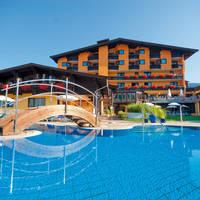 Buitenaanzicht hotel en zwembad