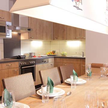 Voorbeeld chalet woonkamer en keuken Alpenchalets Flachauer Gutshof