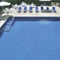 zwembad met stoelen