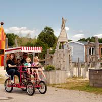 Op de familiefiets langs de speeltuin