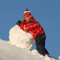 Kindje maakt sneeuwpop