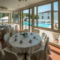 Restaurant met zicht op zwembad