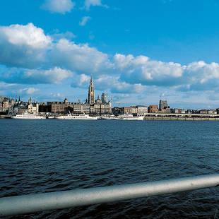 Antwerpen gezien vanaf de Schelde