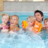 Familie in het zwembad