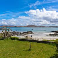 Isle of Iona strand met uizicht op Isle of Mull