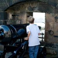 Jongetje bij kanon