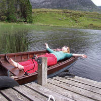 Connemara vrouw in een bootje