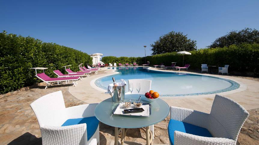 Terras bij het buitenzwembad Charme Hotel Villa Fitalia